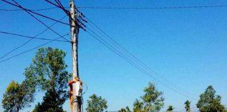 Chỉnh trang đường dây sau công tơ ở làng Cúc (xã Ia O, huyện Ia Grai). Ảnh: H.D