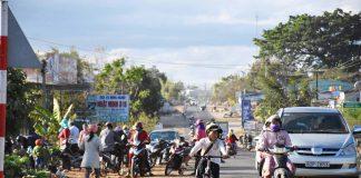 Việc lấn chiếm lòng, lề đường mua bán gây cản trở giao thông tại khu vực này. Ảnh: Hà Phương