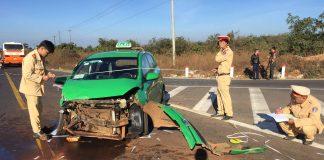 Chiếc xe taxi bị vỡ nát phần đầu. Ảnh: Văn Ngọc