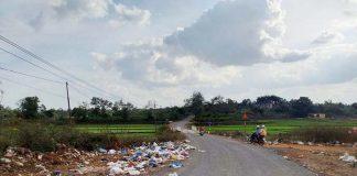 Rác thải ùn ứ bên đường Nguyễn Bá Lại