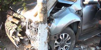 Cận cảnh vụ tai nạn chiếc xe tông vào trụ điện và gốc cây. Ảnh: Hoàng Viên