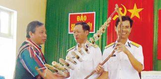 Nguyên Phó Chủ tịch UBND tỉnh Măng Đung tặng đàn trưng cho quân dân đảo Song Tử Tây nhân chuyến thăm Trường Sa tháng 4-2011. Ảnh: Q.N