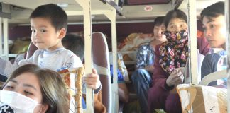 Hành khách háo hức và mong ngóng giờ xe lăn bánh để được trở về đón Tết cùng gia đình. Ảnh: Lê Hòa