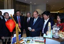 Thủ tướng Nguyễn Xuân Phúc và các đại biểu thăm các gian hàng trưng bày tại hội nghị. (Ảnh: Thống Nhất/TTXVN)