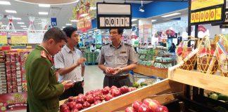 Kiểm tra an toàn vệ sinh thực phẩm. Ảnh:  Nguyễn Diệp