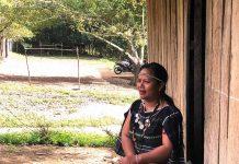 Chị Đinh Thị Lơnh ngồi hát dân ca bên bậc cửa. Ảnh: Hồng Thương