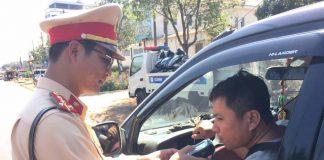 Lực lượng CSGT đo nồng độ cồn với các tài xế. Ảnh: Văn Ngọc