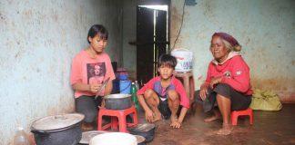 Hai chị em mồ côi sống trong căn nhà tồi tàn cùng bà ngoại bị lãng tai và bệnh xương khớp