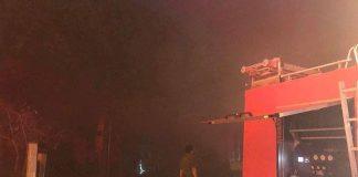 Cơ sở sản xuất đệm mút ở Hà Nội bốc cháy nghi ngút