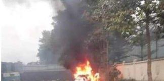 Tập lái ô tô rồi húc vào đống rác đang cháy ở Bình Dương