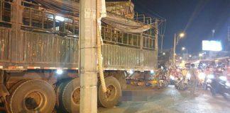 Ô tô tải cán xe máy ở ngã tư An Sương, 2 người thiệt mạng