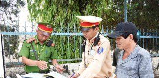 Lực lượng Cảnh sát Giao thông Công an TP. Pleiku xử lý các trường hợp vi phạm. Ảnh: M.T