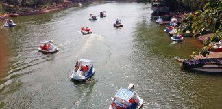Du khách đi ca nô trên hồ Diên Hồng. Ảnh: Hà Phương