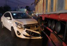 Xế hộp mắc kẹt ở đuôi xe tải chở gỗ trên QL1 qua Quảng Trị