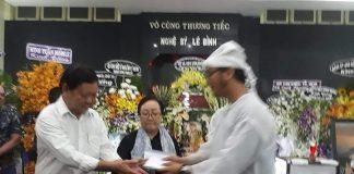 Gia đình nghệ sĩ Lê Bình trao tiền cho nghệ sĩ nghèo