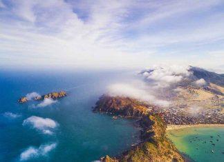 Bờ biển Eo Gió (xã Nhơn Lý, TP. Quy Nhơn) nhìn từ trên cao. Ảnh: Trần Ngọc Sơn