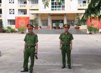 Lực lượng công an đảm bảo an ninh trật tự tại điểm thi Trường THPT chuyên Hùng Vương, TP. Pleiku. Ảnh: Chí Hào