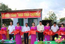 Đại diện các đơn vị cắt băng khánh thành căn nhà nhân ái trao tặng ông Rơ Châm Nglí xã Ia Sao, huyện Ia Grai. Ảnh: Phan Lài