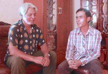 Ông Ayó (trái) và ông Hnin luôn tìm cách gìn giữ những làn điệu dân ca truyền thống của dân tộc mình.                                   Ảnh: H.T