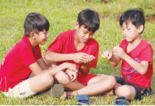 Các em nhỏ Làng trẻ em SOS Pleiku được tự do vui chơi trên những thảm cỏ xanh mát trong khuôn viên. Ảnh: L.H