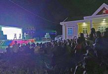 Đông đảo người dân xã Đak Song (huyện Kông Chro) đến xem văn nghệ do  đoàn văn công của Nhà hát Ca múa nhạc tổng hợp Đam San biểu diễn. Ảnh: M.C