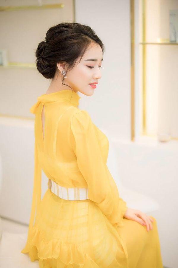 Nhã Phương 'rắc thính' với chiếc váy vàng nhẹ nhàng, ai cũng ngỡ ngàng vì trẻ như gái 18 Ảnh 3