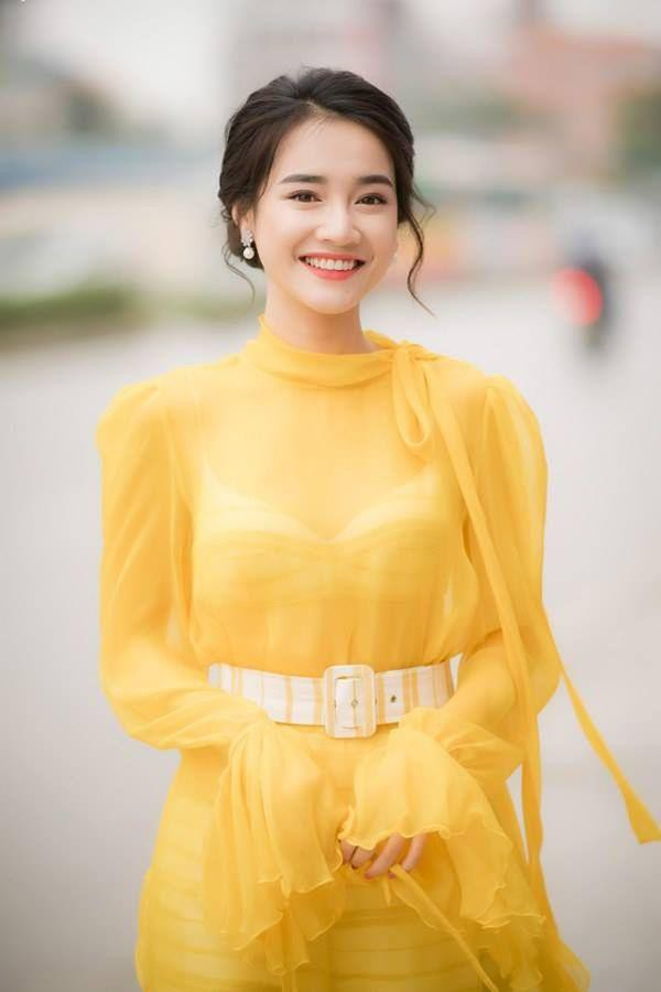 Nhã Phương 'rắc thính' với chiếc váy vàng nhẹ nhàng, ai cũng ngỡ ngàng vì trẻ như gái 18 Ảnh 2