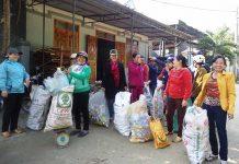 """Thành viên CLB """"Biến rác thành tiền"""" phân loại rác thải tái chế để bán lấy tiền mua quà tặng trẻ em nghèo. Ảnh: H.T"""