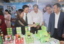 Rất nhiều sản phẩm trưng bày tại hội chợ đã được cấp chứng nhận sản phẩm công nghiệp nông thôn tiêu biểu. Ảnh: Vũ Thảo
