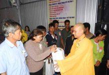 Chùa Vạn Phật tặng quà cho các hộ nghèo và gia đình khó khăn. Ảnh: Thanh Nhật
