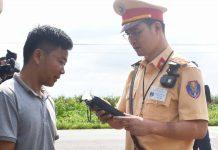Kiểm tra nồng độ cồn tài xế xe khách trên tuyến đường Hồ Chí Minh. Ảnh: Lê Hòa