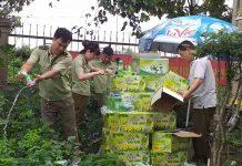 Lực lượng QLTT tiến hành tiêu hủy nước yến vi phạm. Ảnh: Anh Huy