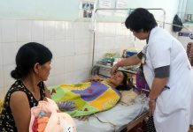 Bác sĩ Thảo thăm khám cho bệnh nhân Hà sau ca phẫu thuật. Ảnh: Như Nguyện