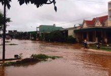 Nước ngập đường giao thông tại thôn 1  và tràn vào nhà dân. Ảnh: An Nhiên