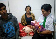 Anh Thành và vợ chồng chị Đinh Hen cùng cháu bé tại Trung tâm Y tế huyện Chư Sê. Ảnh: Lê Hòa