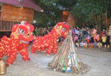 Trẻ em làng du lịch Plei Ốp vui mừng được thưởng thức các màn trình diễn múa lân. Ảnh: Đ.Y