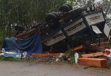 Ôtô chở gỗ lật, 2 vợ chồng tử vong trong cabin