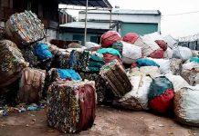 Các kiện nhựa phế thải được tập trung ngoài trời chờ tái chế. Ảnh: T.H