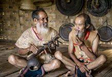 Áo khố  vỏ cây từng  một thời gắn bó với đồng bào các  dân tộc thiểu số Trường Sơn- Tây Nguyên. Ảnh: NGUYỄN LINH VINH QUỐC