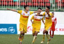 Các cầu thủ U21 Hồng Lĩnh Hà Tĩnh vui mừng giành quyền vào bán kết. Ảnh: Anh Tiến