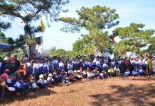 Đông đảo người dân và học sinh đến tham dự Lễ Khai mạc Ngày hội cỏ hồng.