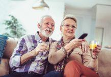 Dán mắt vào TV làm suy giảm sức khỏe và trí nhớ nhưng người già ở Mỹ lại xem TV nhiều hơn trước