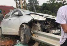 Hyundai Grand i10 tông nát đầu, tài xế may mắn thoát nạn