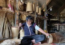 Nghệ nhân Dơng-Làng kháng chiến Stơr phục dựng-cần mẫn ngày ngày thực hành đan lát để phục vụ  du khách đến tham quan, trải nghiệm. Ảnh: P.L
