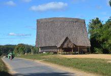 Mái nhà rông cổ kính làng Kon Măh (xã Hà Tây, huyện Chư Pah)  khiến cho ngôi làng mang nét nguyên sơ, yên bình, thu hút du khách. Ảnh: P.L