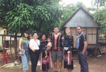 Du khách nước ngoài thích thú khoác lên người bộ trang phục truyền thống Bahnar. Ảnh: P.L