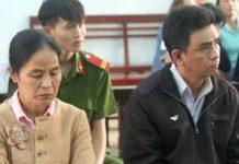 Các bị cáo Phước và Nhâm (bên phải) tại phiên tòa sơ thẩm. Ảnh: Hoàng Cư