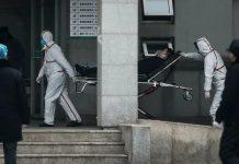 Các nhân viên y tế đag chuyển bệnh nhân đến bệnh viện Jin Yintan tại thành phố Vũ Hán hôm 17/01 (Ảnh: Getty Images)