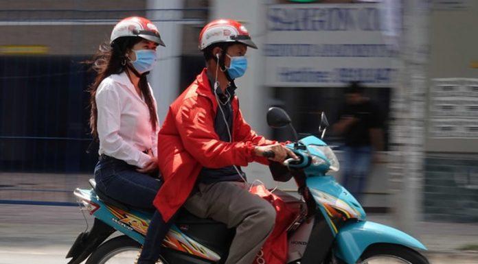 Năm 2020, người lái xe máy đeo tai nghe bị phạt bao nhiêu?