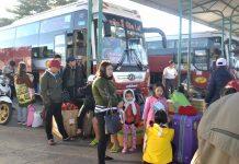 Hành khách chuẩn bị lên xe về các tỉnh phía Bắc với lỉnh kỉnh đồ đạc. Ảnh: Lê Hòa